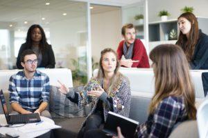Réunion comptable d'une association au travail