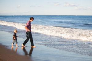 Particulier avec son fils prépare sa retraite à la mer